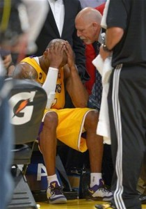 Kobe head in hands after injury